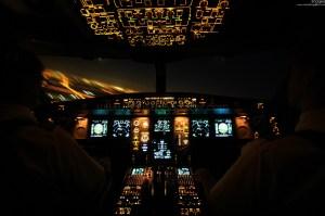 Cockpit eines Swiss A330-200 beim Anflug mit Blick auf das Lichtermeer einer Stadt. © Christian Galliker